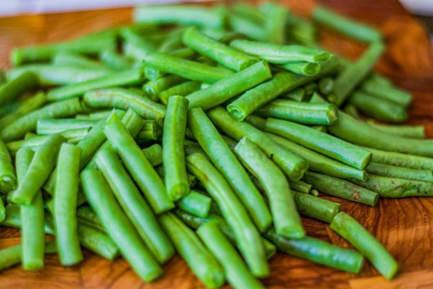 green beans on cutting board