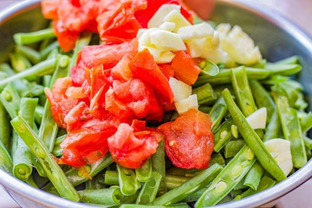 green beans, diced tomatoes, and garlic in a bowl